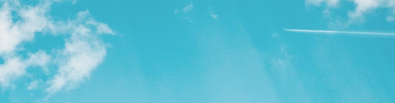 空と飛行機雲の写真(想いをのせるイメージ)