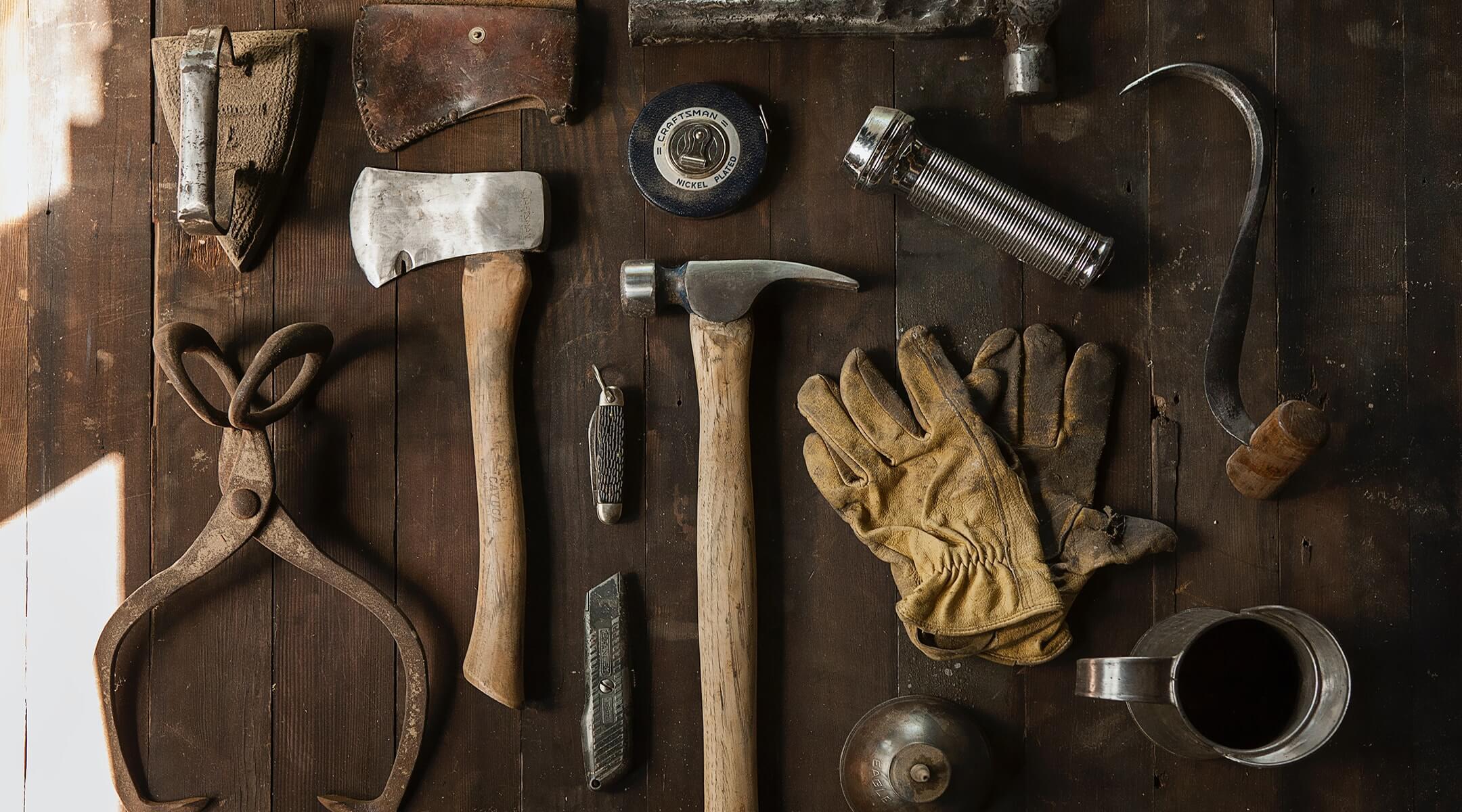 工具などが並んだつくるイメージ画像